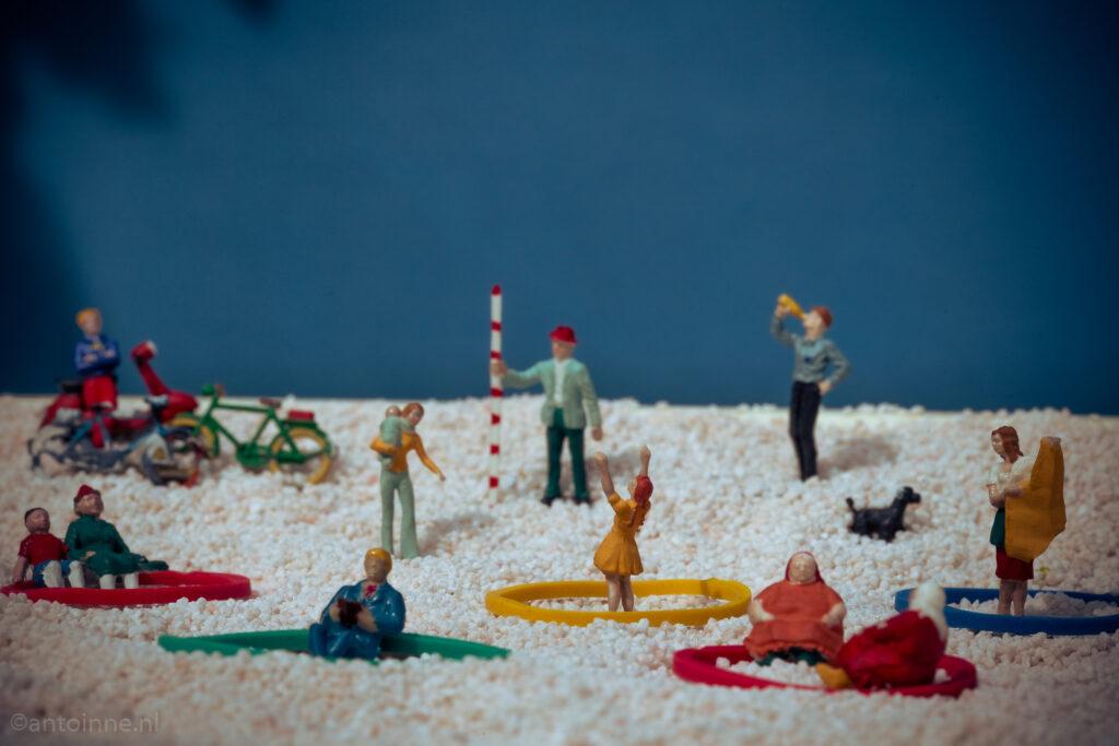 Afstand houden op het strand #anderhalvemetersamenleving
